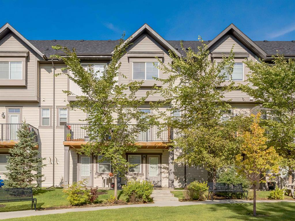 Main Photo: 157 NEW BRIGHTON Point SE in Calgary: New Brighton Row/Townhouse for sale : MLS®# A1023029