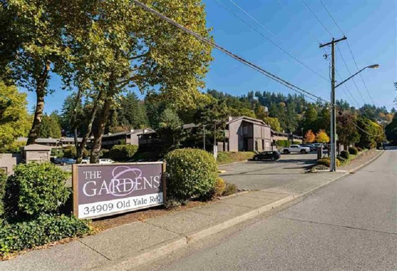 """Main Photo: 515 34909 OLD YALE Road in Abbotsford: Abbotsford East Townhouse for sale in """"The Gardens"""" : MLS®# R2479063"""