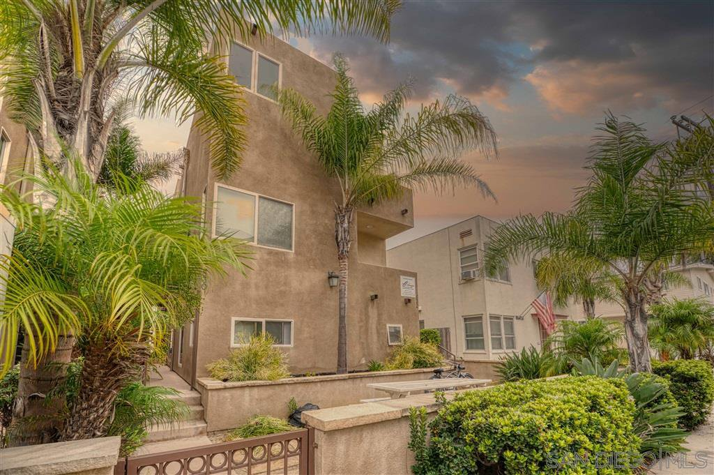 Main Photo: MISSION BEACH Townhome for sale : 3 bedrooms : 830 Ensenada Ct in San Diego