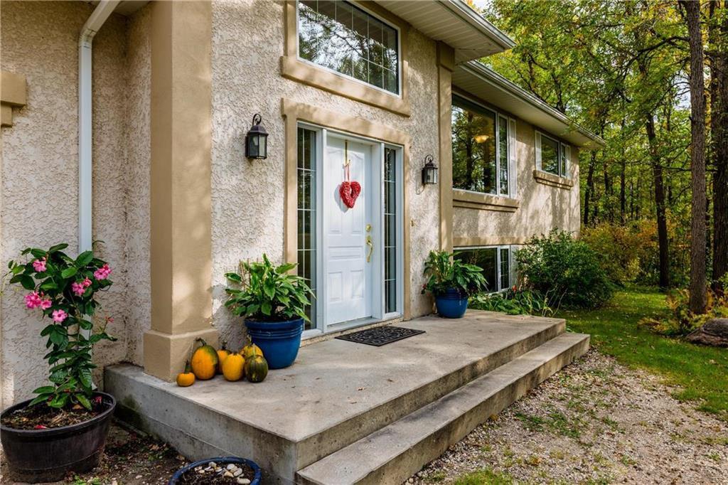 Photo 2: Photos: 119 MEADOWLARK Lane in Steinbach: R16 Residential for sale : MLS®# 202023933