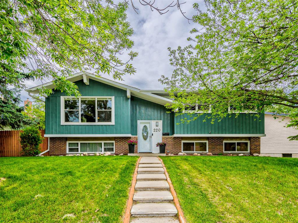 Main Photo: 220 QUEEN CHARLOTTE Way SE in Calgary: Queensland Detached for sale : MLS®# A1010681