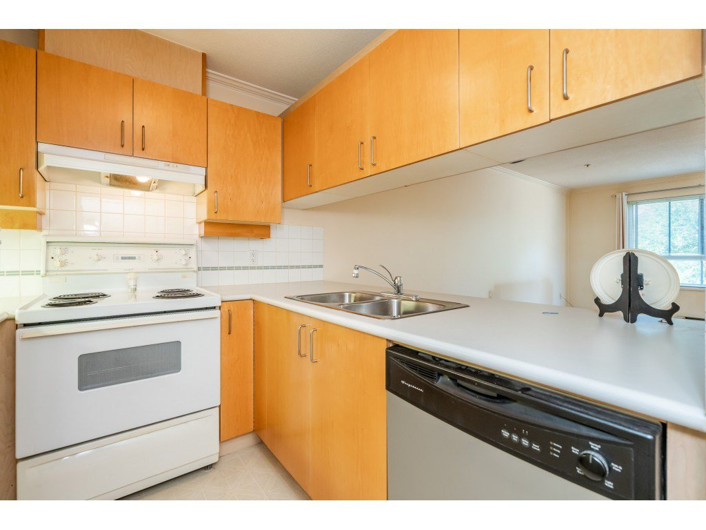"""Photo 3: Photos: 303 19750 64 Avenue in Langley: Willoughby Heights Condo for sale in """"Davenport"""" : MLS®# R2480874"""