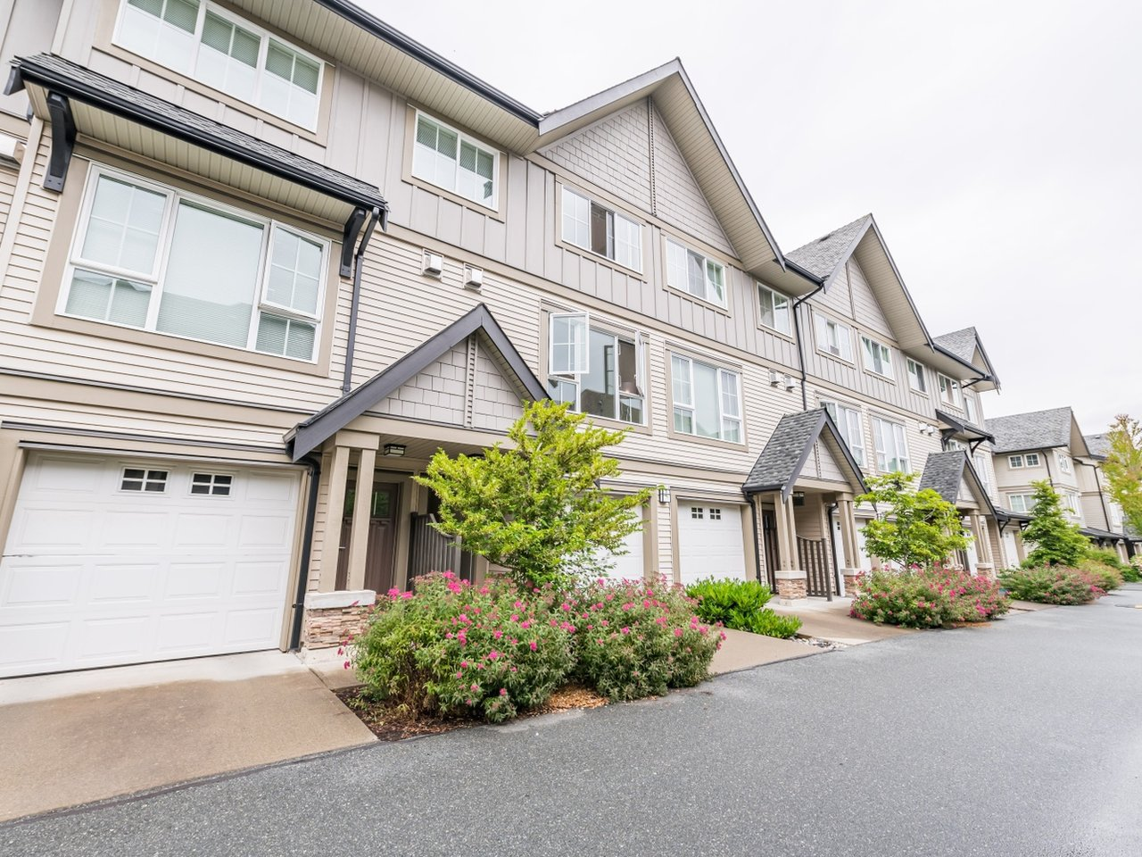 "Main Photo: 263 2501 161A Street in Surrey: Grandview Surrey Townhouse for sale in ""Highland Park"" (South Surrey White Rock)  : MLS®# R2467326"