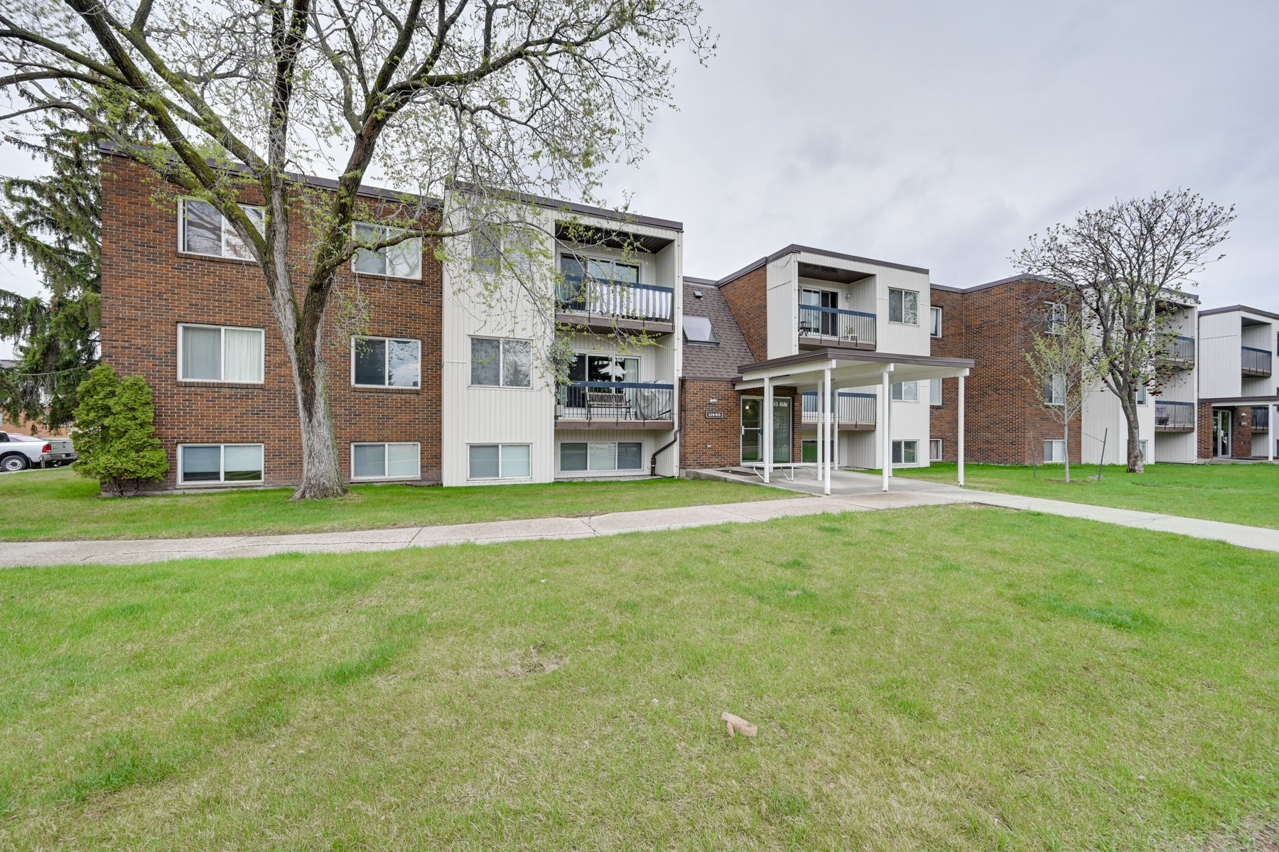 Main Photo: 107, 11445 41Ave in Edmonton: Royal Gardens Condo for sale : MLS®# E4157234