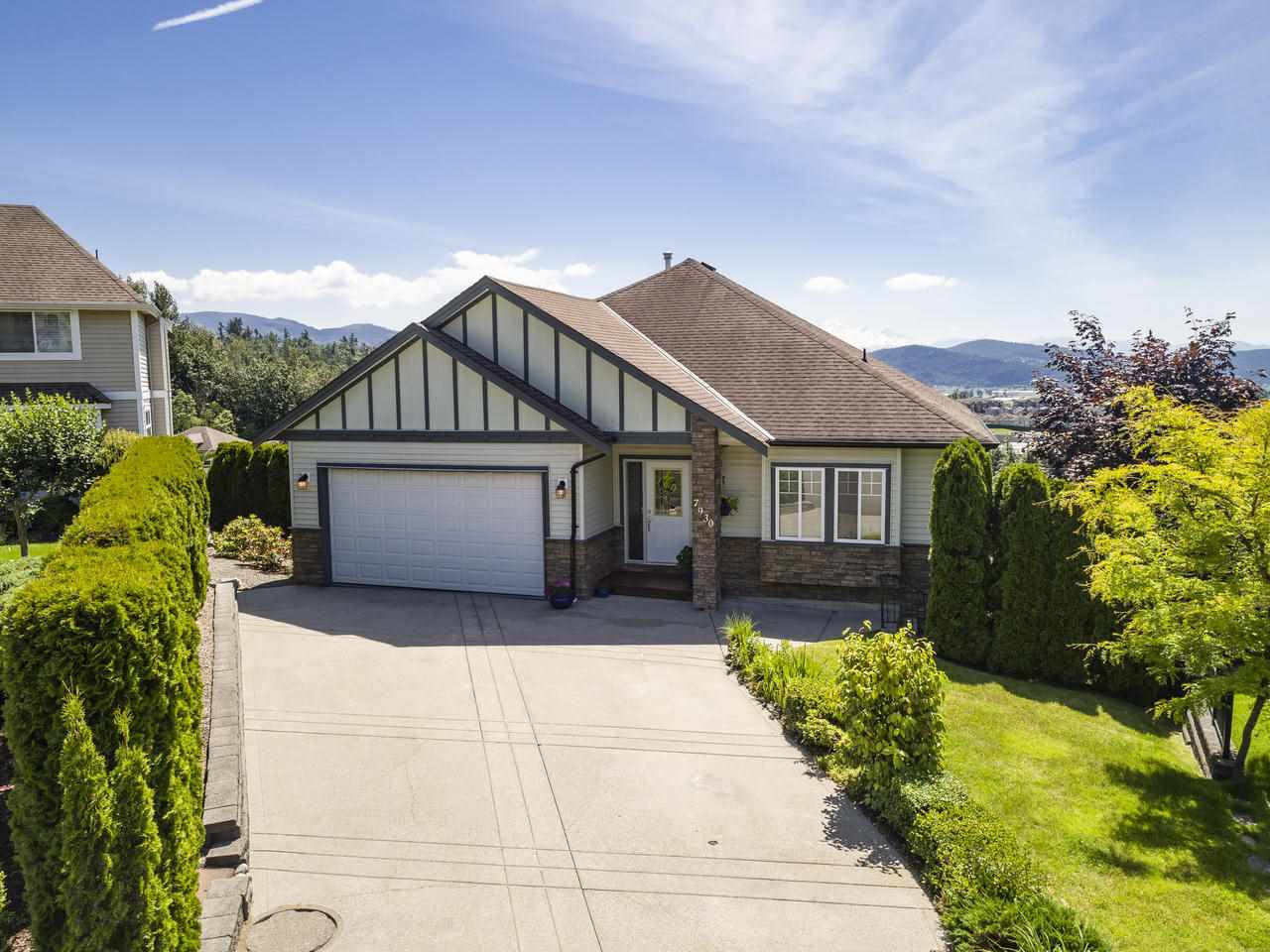 Main Photo: 7930 HUGHES Terrace in Mission: Mission BC House for sale : MLS®# R2467624