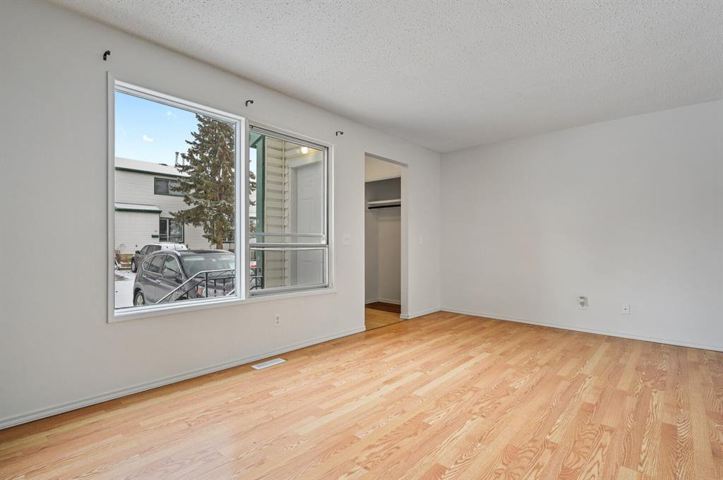 Photo 3: Photos: 37 100 Pennsylvania Road SE in Calgary: Penbrooke Meadows Row/Townhouse for sale : MLS®# A1049358