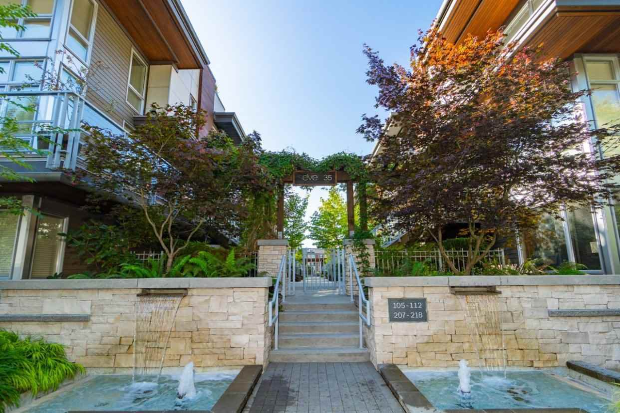 "Main Photo: 209 735 W 15TH Street in North Vancouver: Mosquito Creek Townhouse for sale in ""SEVEN 35"" : MLS®# R2428488"