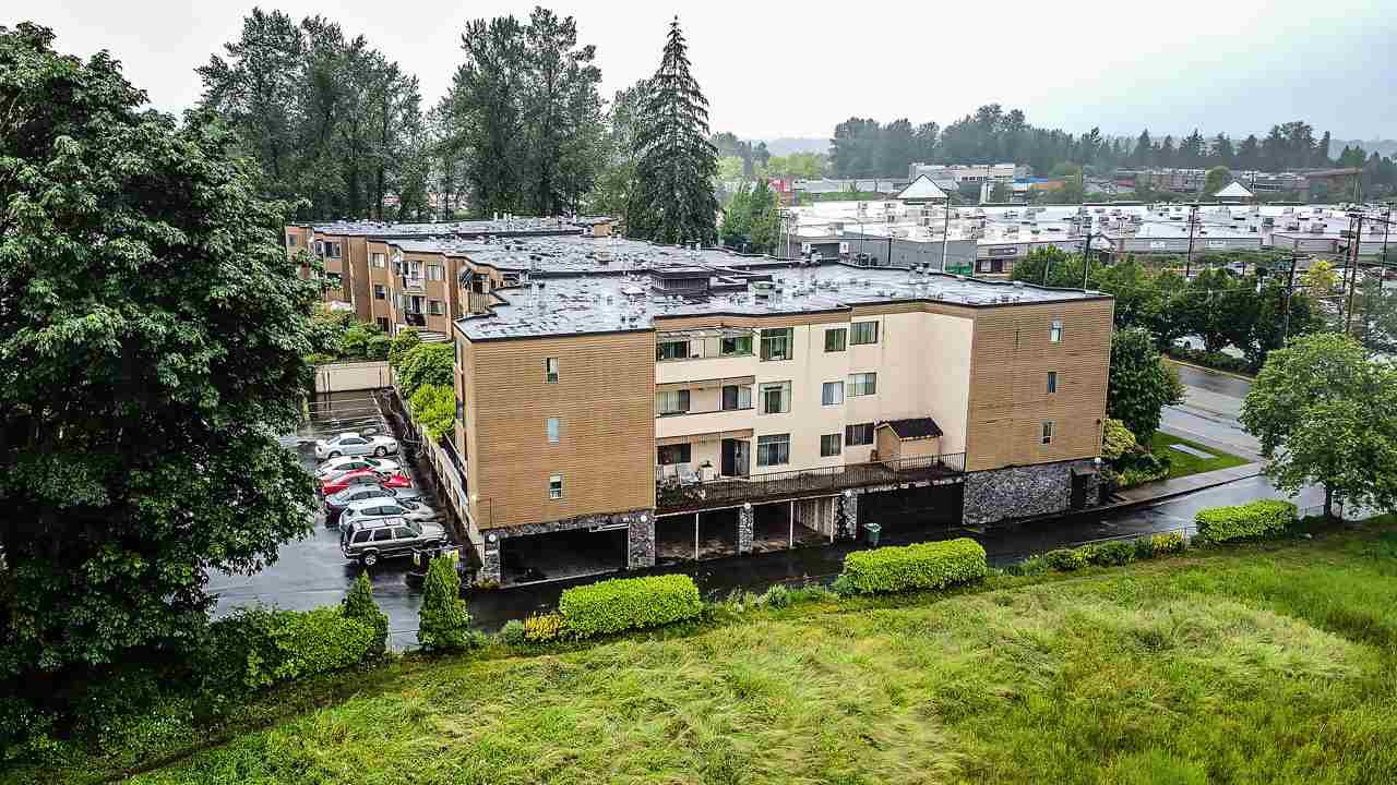 """Main Photo: 1 11900 228 Street in Maple Ridge: East Central Condo for sale in """"Moonlite Grove"""" : MLS®# R2471261"""