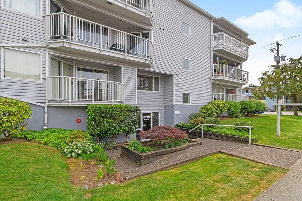 "Main Photo: 208 22222 119 Avenue in Maple Ridge: West Central Condo for sale in ""OXFORD MANOR"" : MLS®# R2502761"