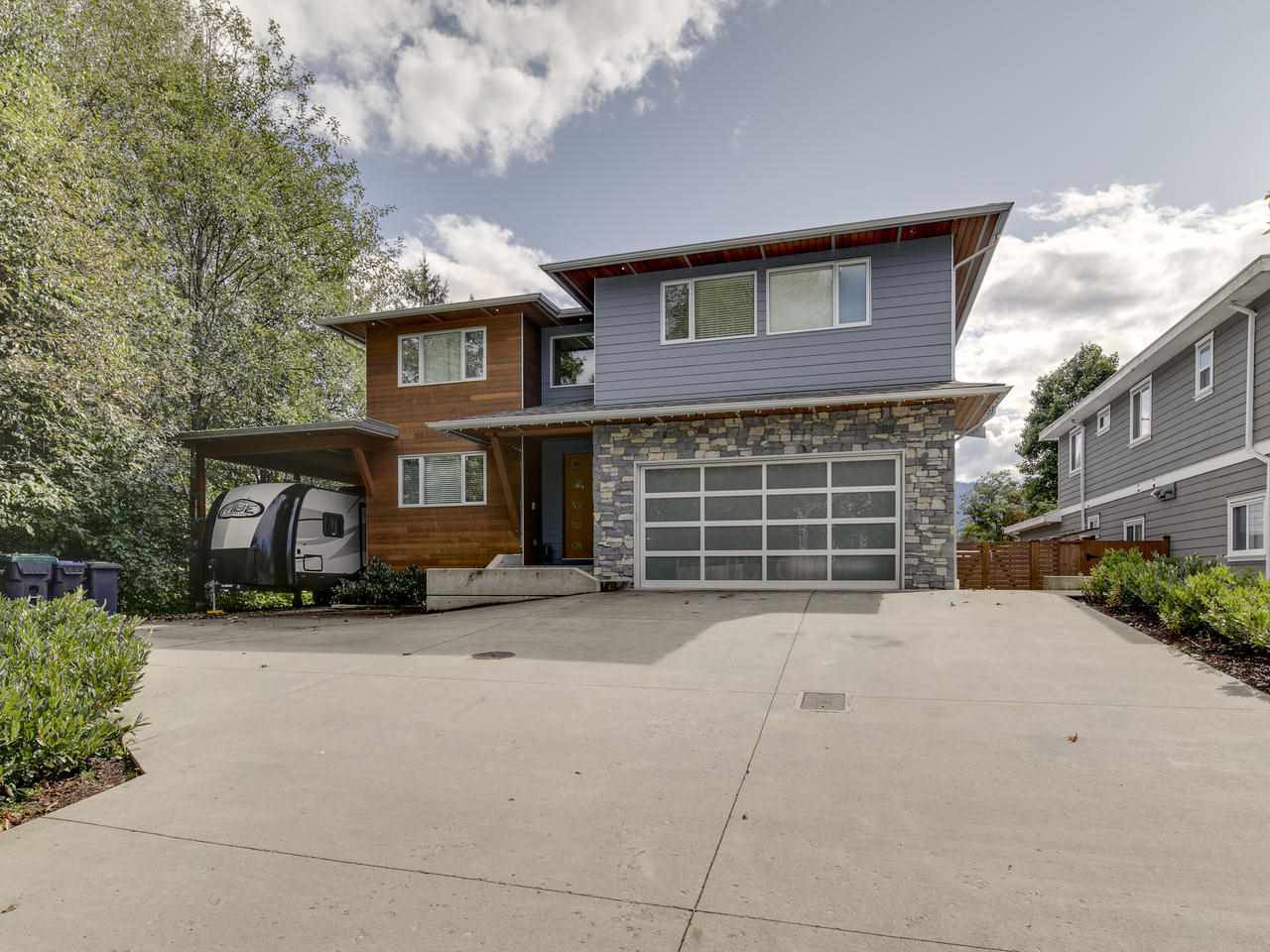 Main Photo: 41643 DRYDEN Road in Squamish: Brackendale House for sale : MLS®# R2408185