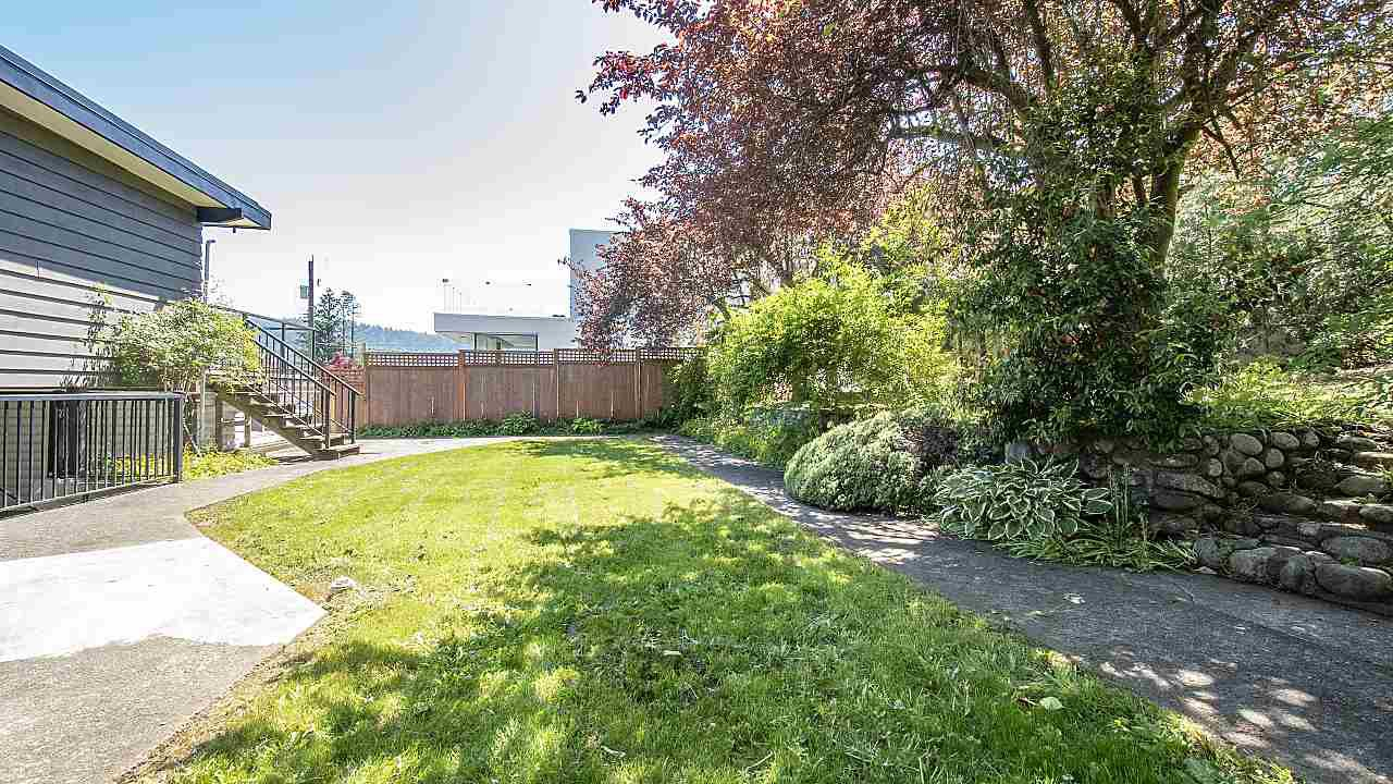 Photo 13: Photos: 665 BEACHVIEW Drive in North Vancouver: Dollarton House for sale : MLS®# R2391312
