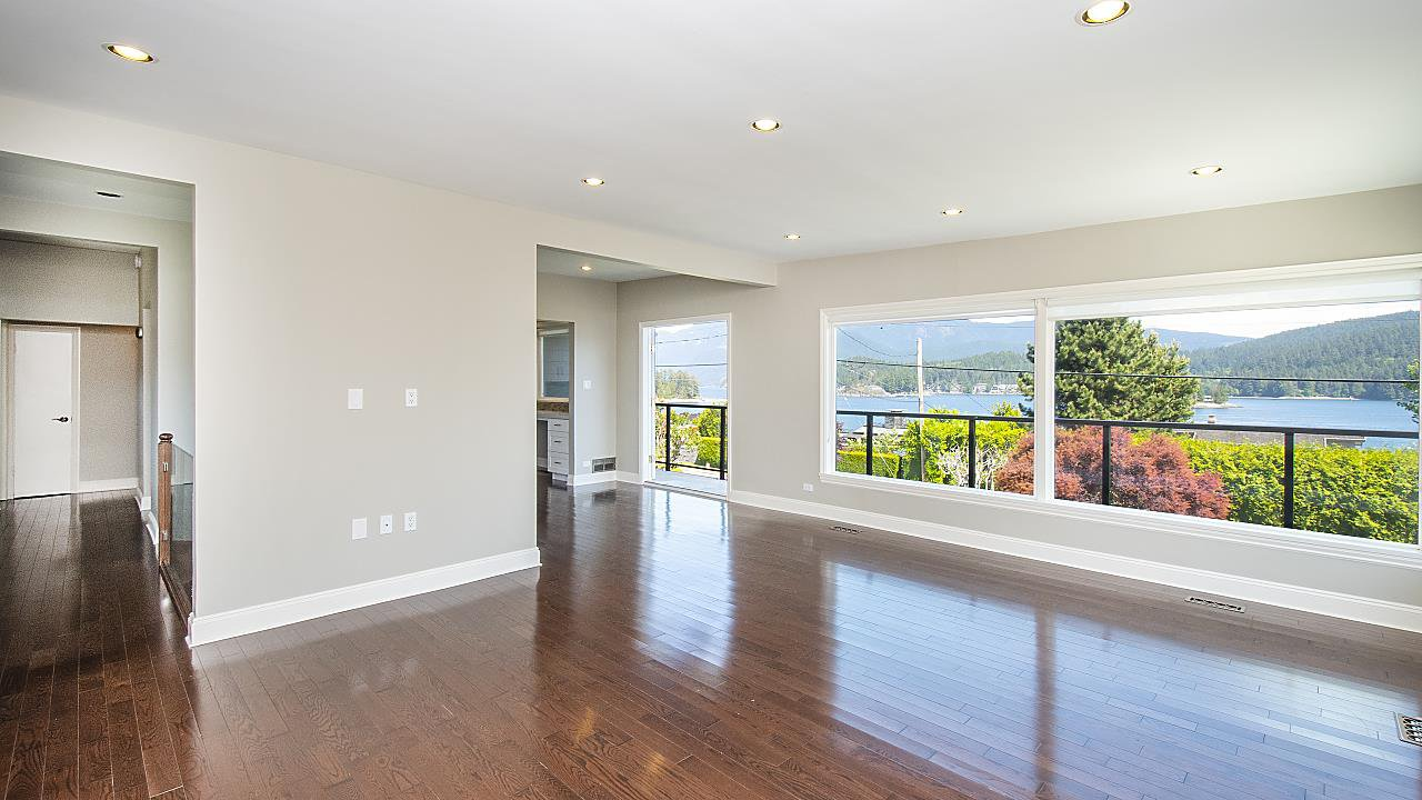 Photo 3: Photos: 665 BEACHVIEW Drive in North Vancouver: Dollarton House for sale : MLS®# R2391312
