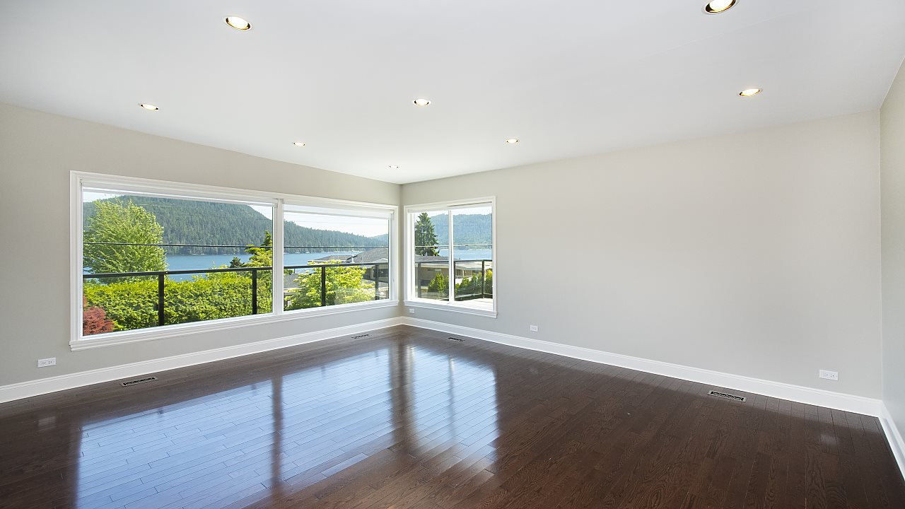 Photo 4: Photos: 665 BEACHVIEW Drive in North Vancouver: Dollarton House for sale : MLS®# R2391312
