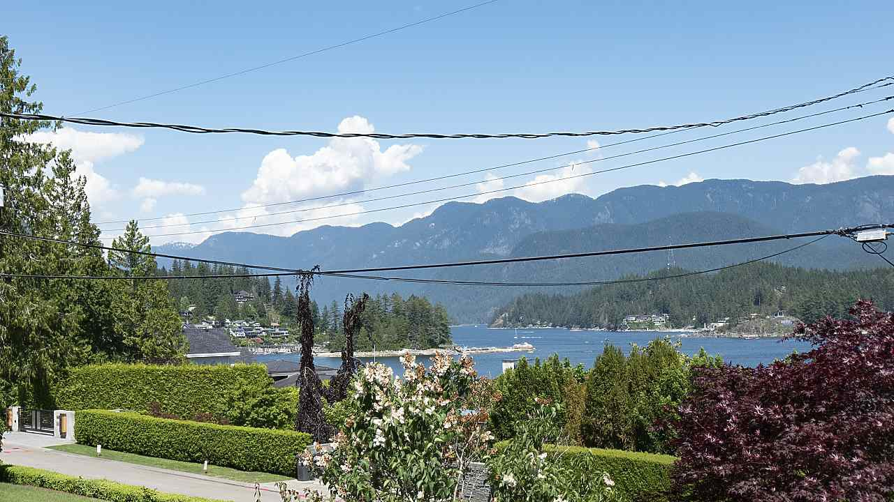 Photo 18: Photos: 665 BEACHVIEW Drive in North Vancouver: Dollarton House for sale : MLS®# R2391312