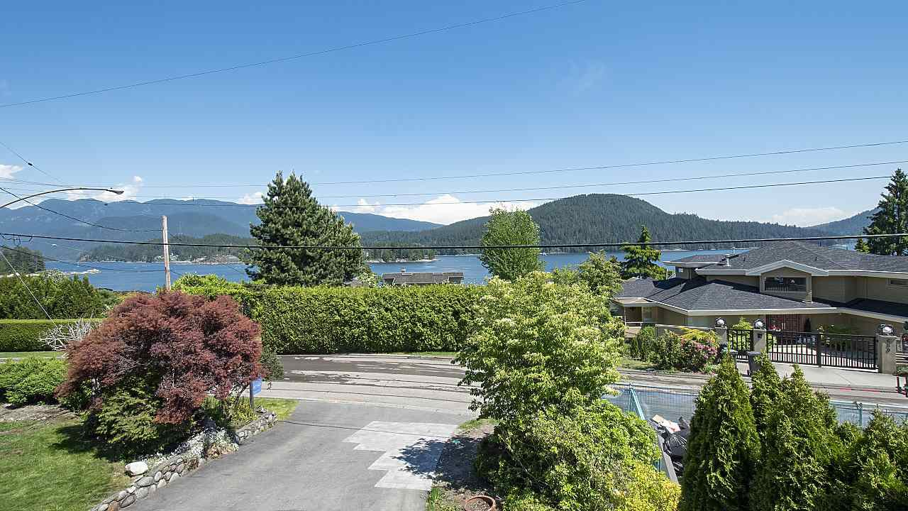 Photo 1: Photos: 665 BEACHVIEW Drive in North Vancouver: Dollarton House for sale : MLS®# R2391312