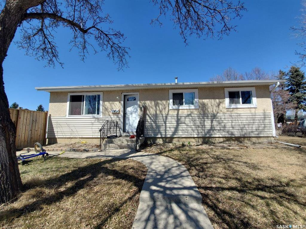 Main Photo: 145 Douglas Crescent in Saskatoon: Confederation SC Residential for sale : MLS®# SK805892