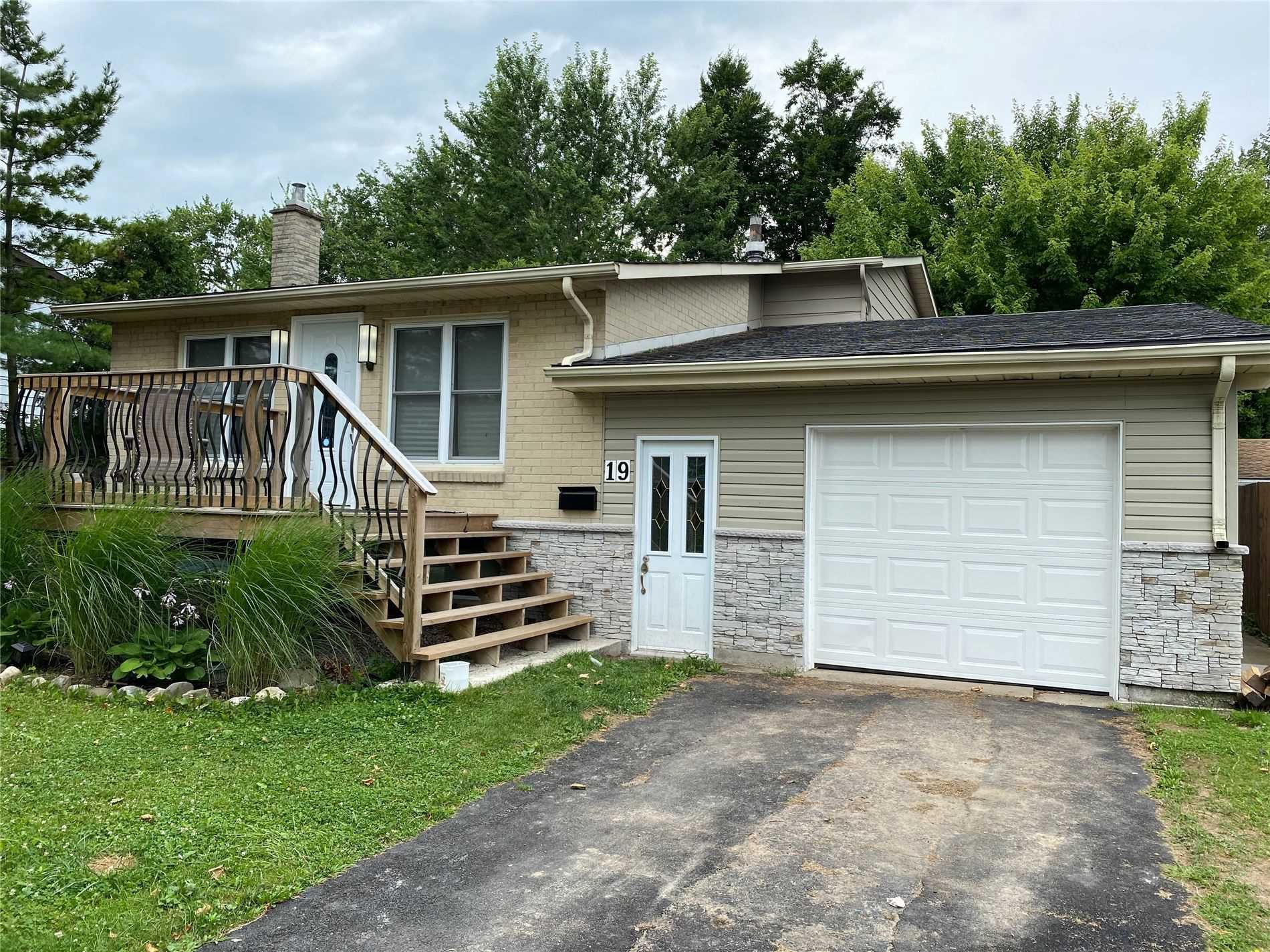 Main Photo: 19 Leaside Drive in Welland: House for rent