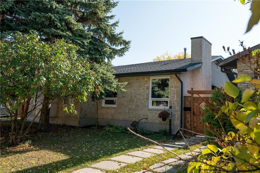 Photo 1: Photos: 912 Greencrest Avenue in Winnipeg: Fort Richmond Residential for sale (1K)  : MLS®# 202025586