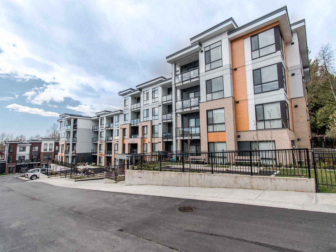 Main Photo: 104 20087 68 Avenue in Langley: Langley City Condo for sale : MLS®# R2479956