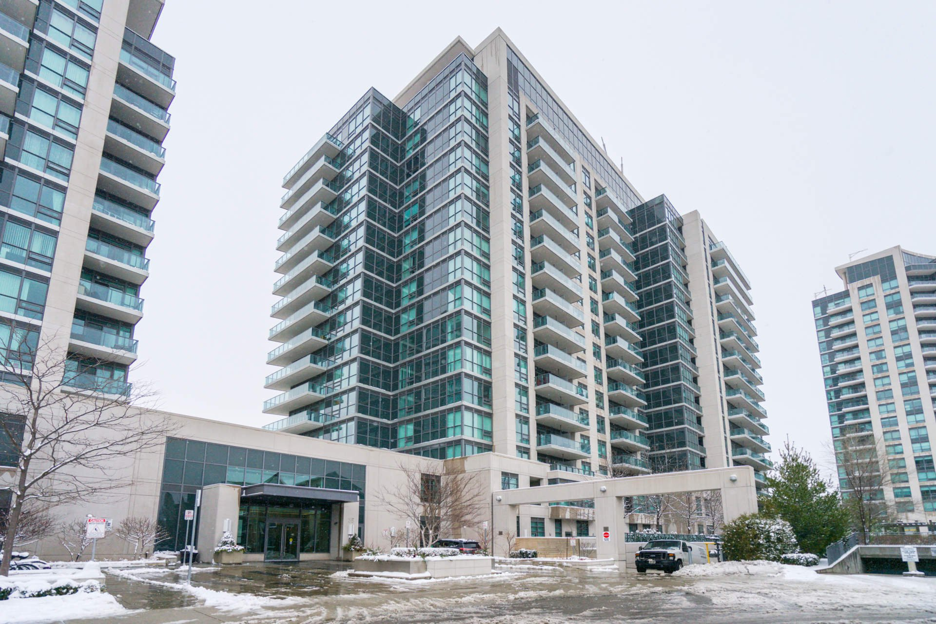Photo 1: Photos: 401 35 Brian Peck Crescent in Toronto: Leaside Condo for sale (Toronto C11)  : MLS®# C4646982