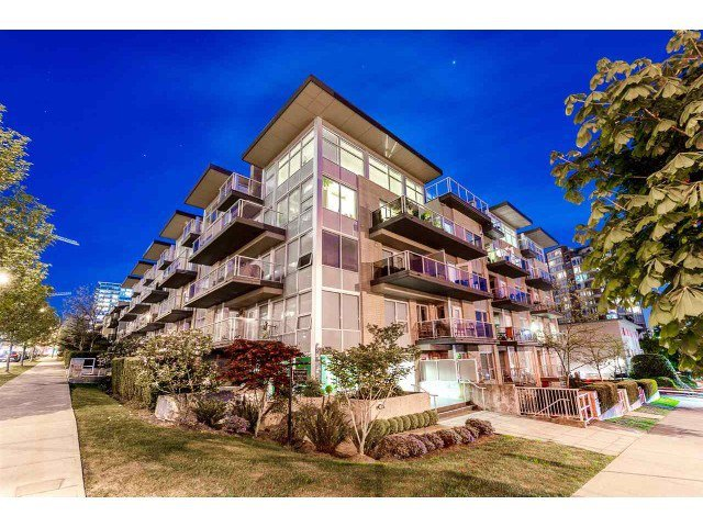 "Main Photo: PH10 1288 CHESTERFIELD Avenue in North Vancouver: Central Lonsdale Condo for sale in ""Alina"" : MLS®# R2479203"