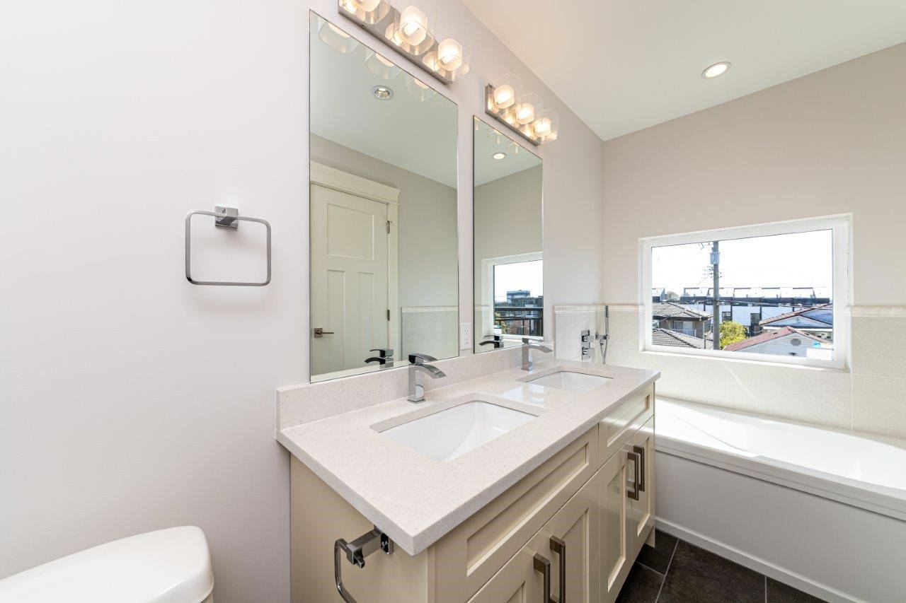 Photo 13: Photos: 545 E 4TH Street in North Vancouver: Lower Lonsdale 1/2 Duplex for sale : MLS®# R2448939