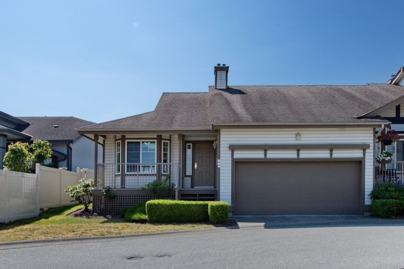 """Main Photo: 44 20222 96 Avenue in Langley: Walnut Grove Townhouse for sale in """"WINDSOR GARDENS"""" : MLS®# R2486972"""