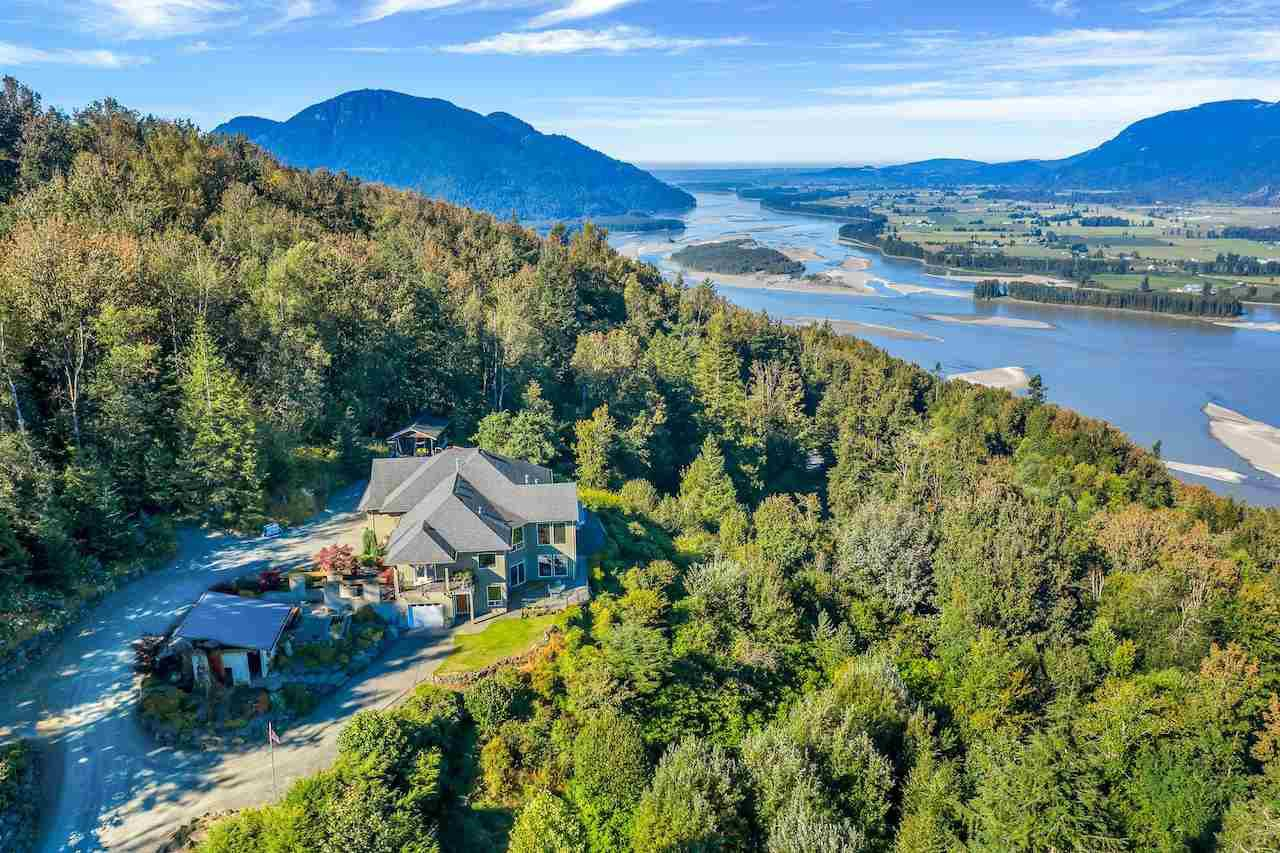 Main Photo: 43380 HONEYSUCKLE Drive in Chilliwack: Chilliwack Mountain House for sale : MLS®# R2503671