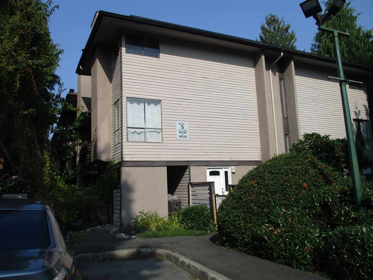 """Main Photo: 10550 HOLLY PARK Lane in Surrey: Guildford Townhouse for sale in """"Holly Park"""" (North Surrey)  : MLS®# R2498692"""