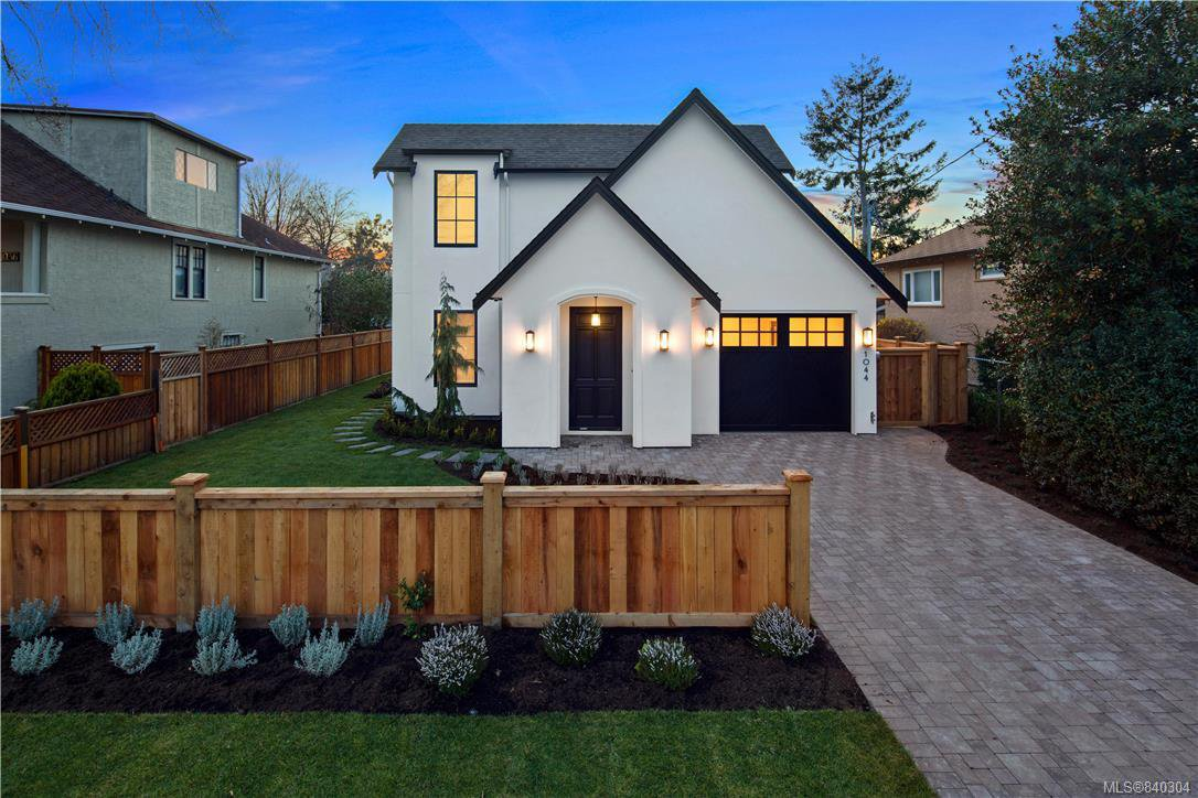 Main Photo: 1044 Hampshire Rd in Oak Bay: OB South Oak Bay Single Family Detached for sale : MLS®# 840304