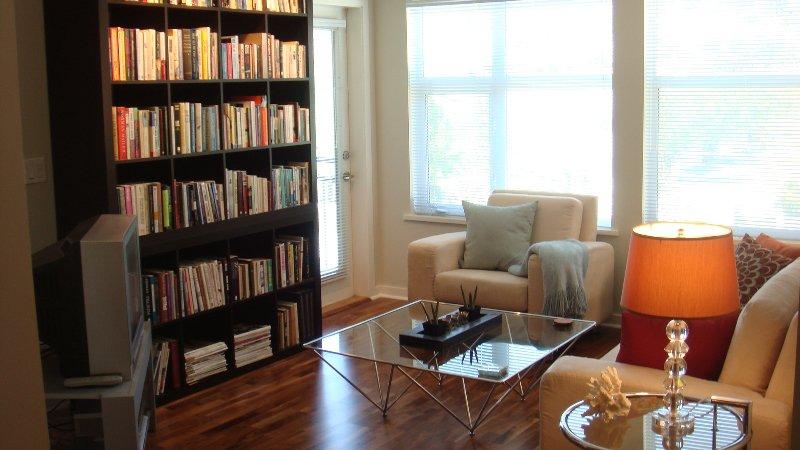 Main Photo: 406 555 Yates Road in Kelowna: Apartment Unit for sale (North Glenmore)  : MLS®# 9215420
