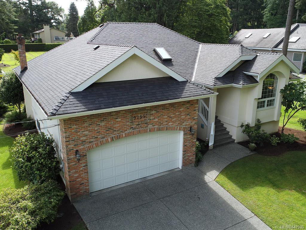 Main Photo: 9255 Jura Rd in North Saanich: NS Ardmore Single Family Detached for sale : MLS®# 842930