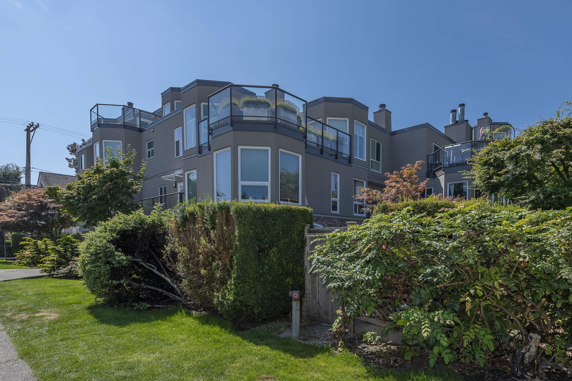 """Main Photo: 204 2110 CORNWALL Avenue in Vancouver: Kitsilano Condo for sale in """"SEAGATE VILLA"""" (Vancouver West)  : MLS®# R2489101"""