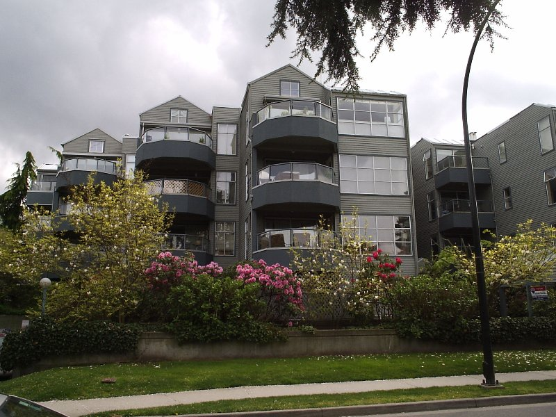 """Main Photo: 407 2250 W 3RD Ave in Vancouver: Kitsilano Condo for sale in """"HENLEY PARK"""" (Vancouver West)  : MLS®# V644889"""
