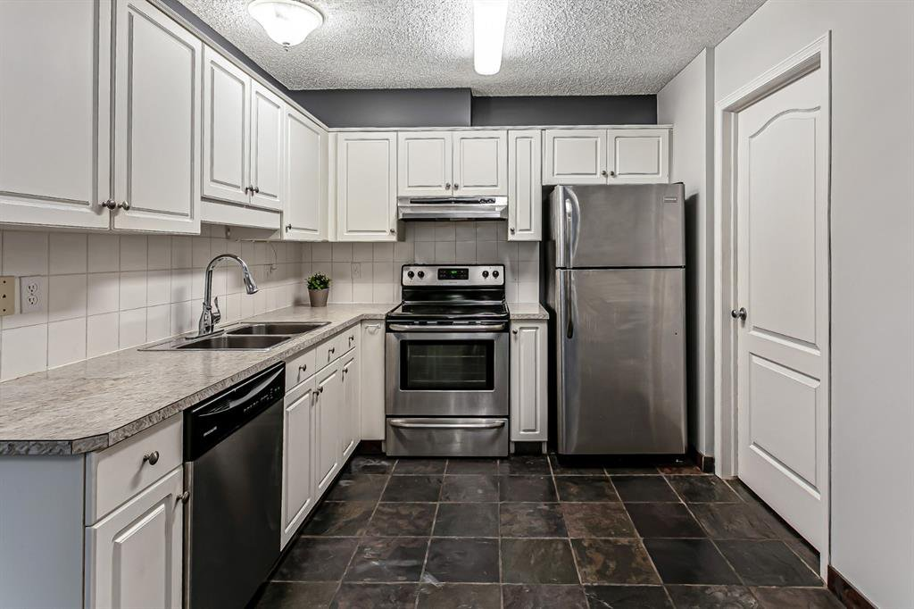 Photo 3: Photos: 116 10 SIERRA MORENA Mews SW in Calgary: Signal Hill Apartment for sale : MLS®# C4281143