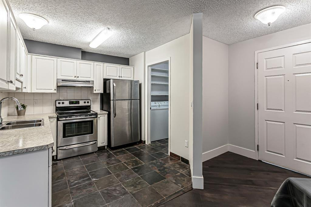 Photo 2: Photos: 116 10 SIERRA MORENA Mews SW in Calgary: Signal Hill Apartment for sale : MLS®# C4281143