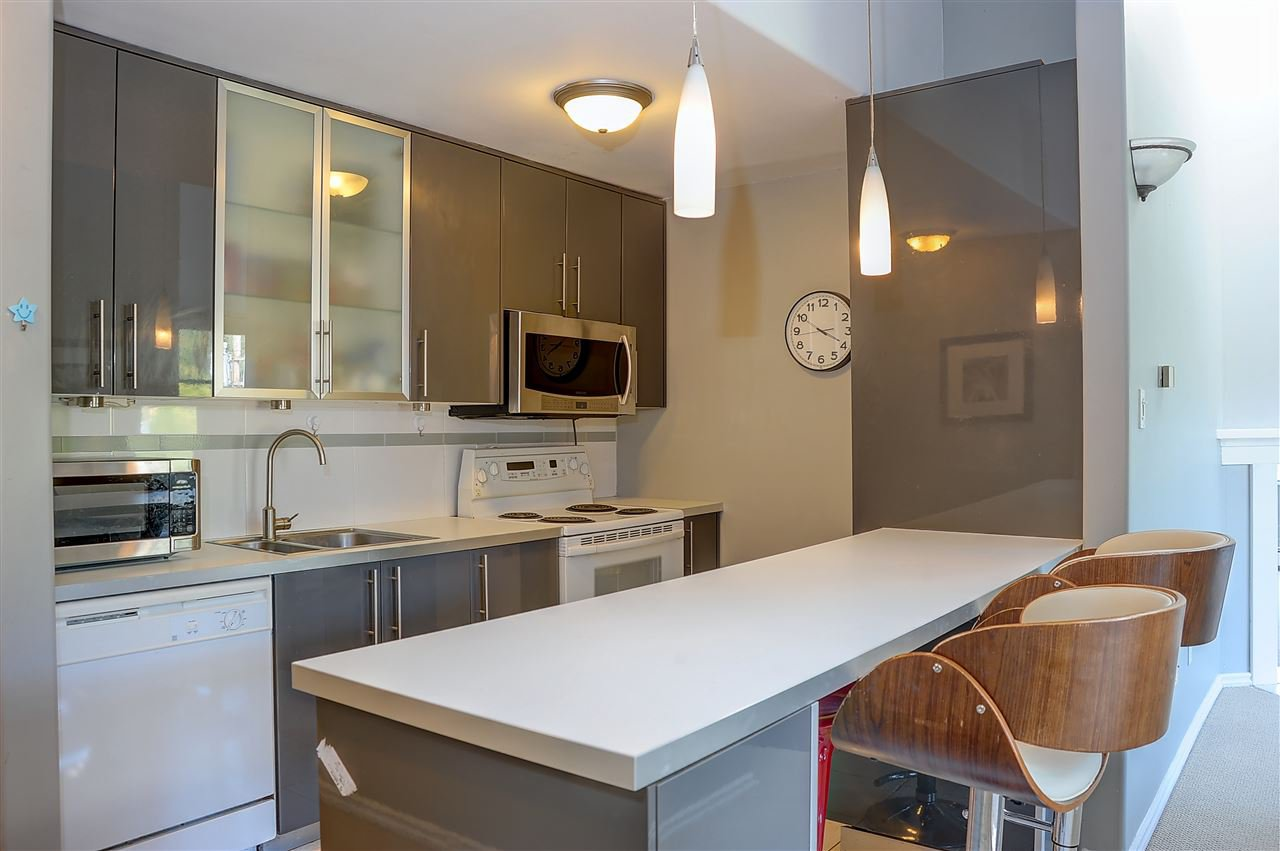 """Main Photo: 407 1340 DUCHESS Avenue in West Vancouver: Ambleside Condo for sale in """"DUCHESS LANE"""" : MLS®# R2495699"""