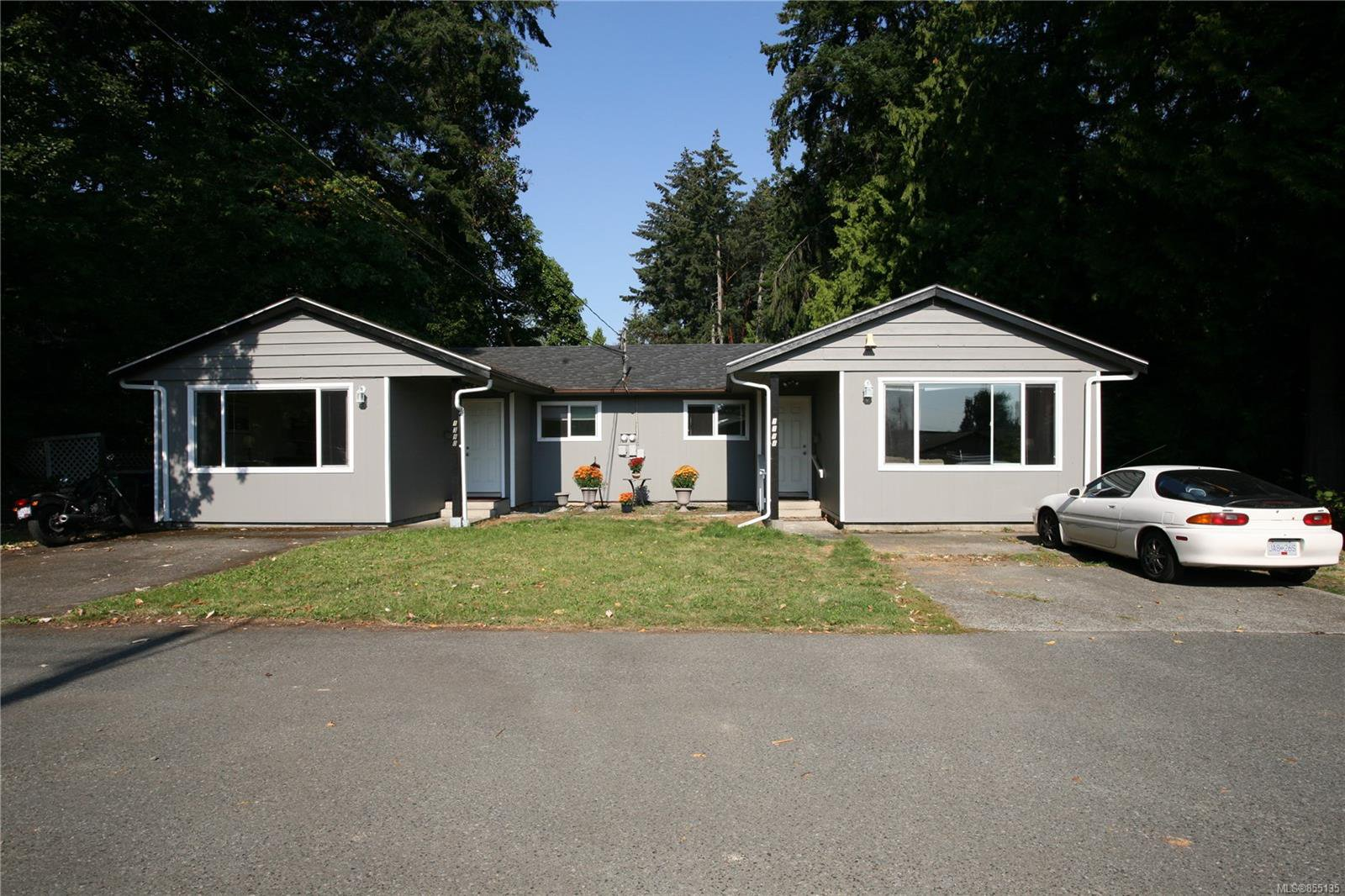 Main Photo: 1390 Boundary Cres in : Na Central Nanaimo Full Duplex for sale (Nanaimo)  : MLS®# 855135