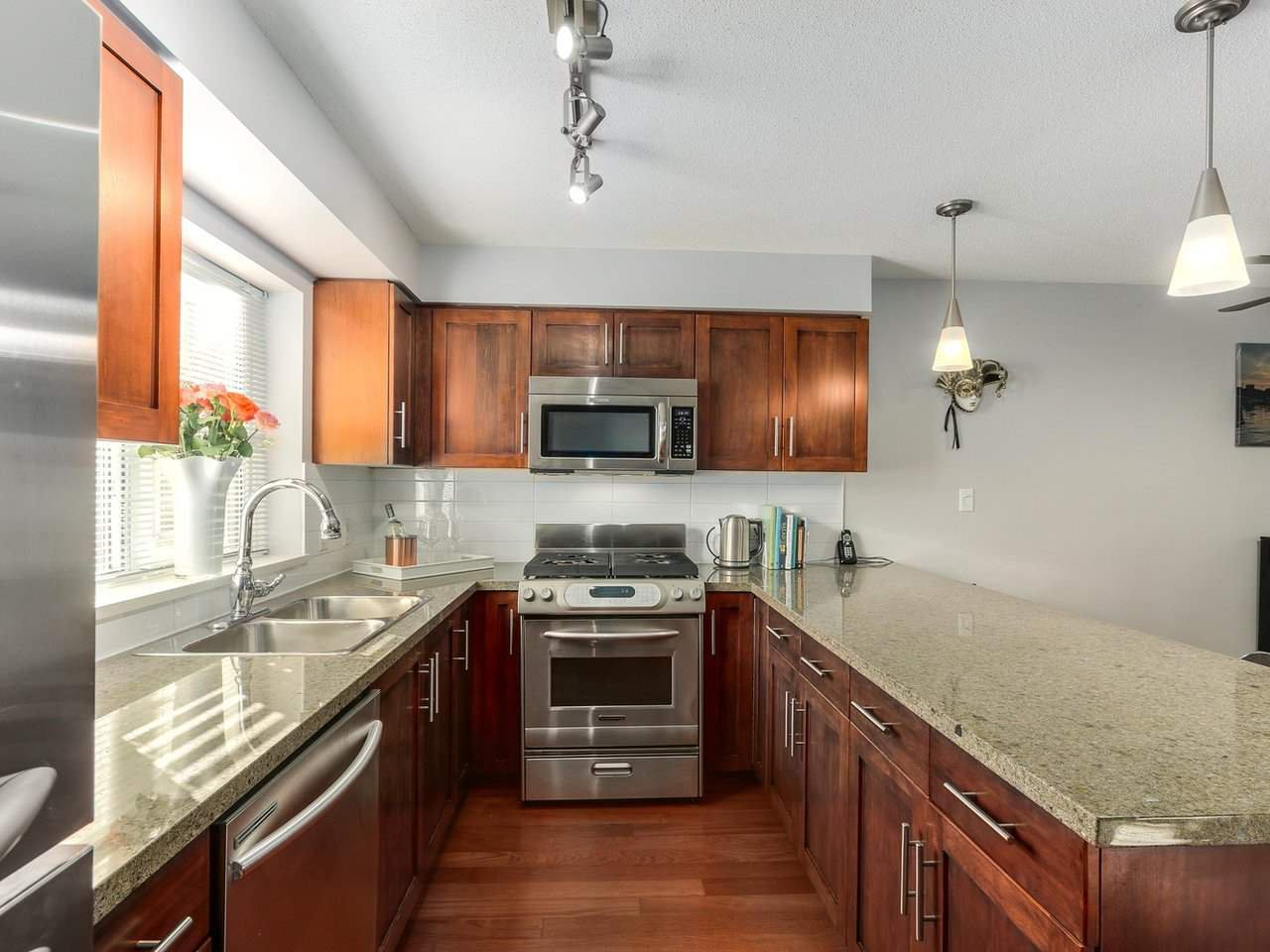 Photo 10: Photos: 119 672 W 6TH AVENUE in Vancouver: Fairview VW Townhouse for sale (Vancouver West)  : MLS®# R2401186