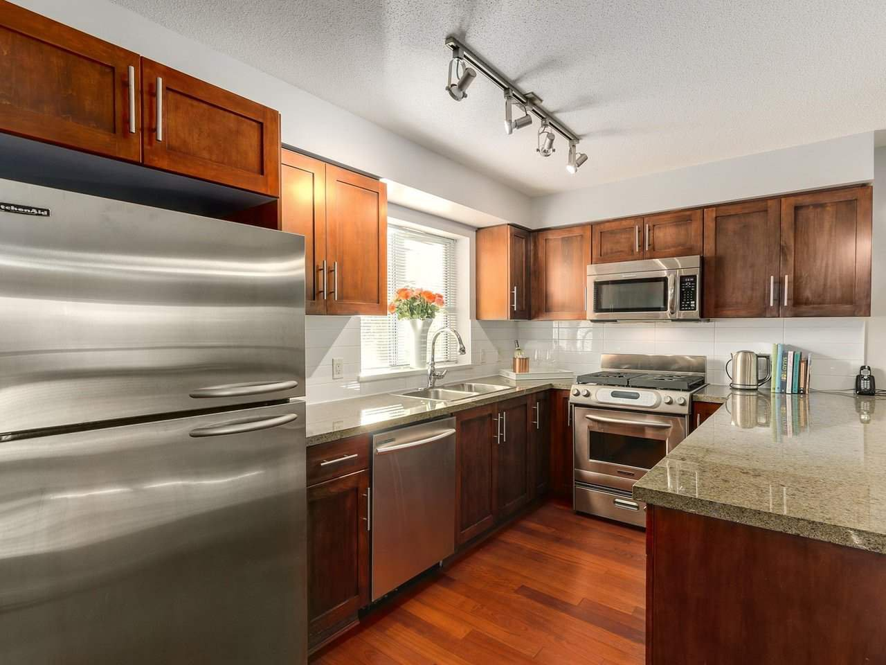 Photo 9: Photos: 119 672 W 6TH AVENUE in Vancouver: Fairview VW Townhouse for sale (Vancouver West)  : MLS®# R2401186