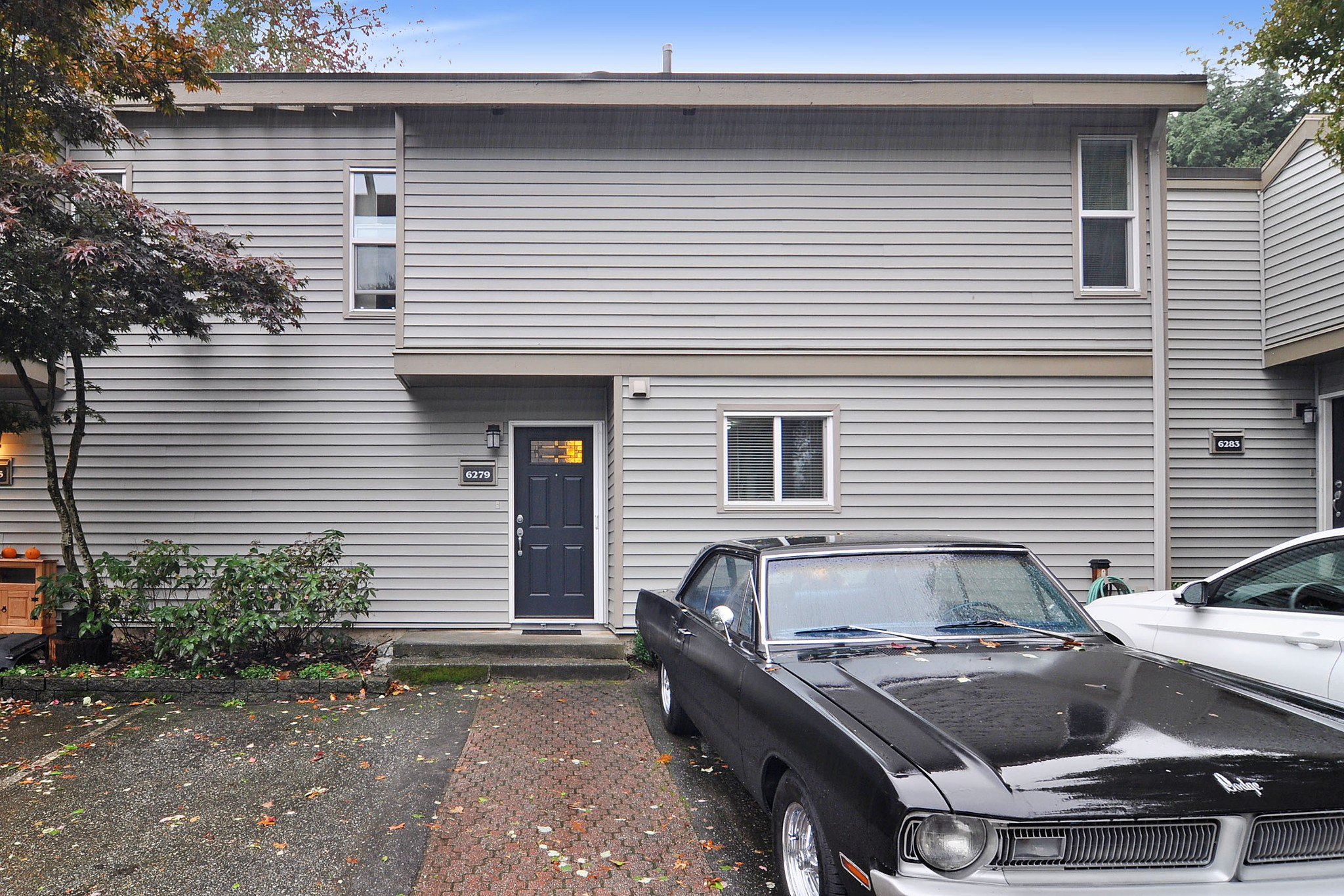 """Main Photo: 6279 W GREENSIDE Drive in Surrey: Cloverdale BC Townhouse for sale in """"GREENSIDE ESTATES"""" (Cloverdale)  : MLS®# R2509457"""
