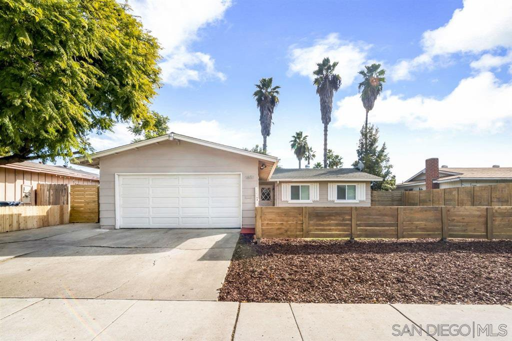 Main Photo: EAST ESCONDIDO House for sale : 4 bedrooms : 1651 E Mission Ave in Escondido