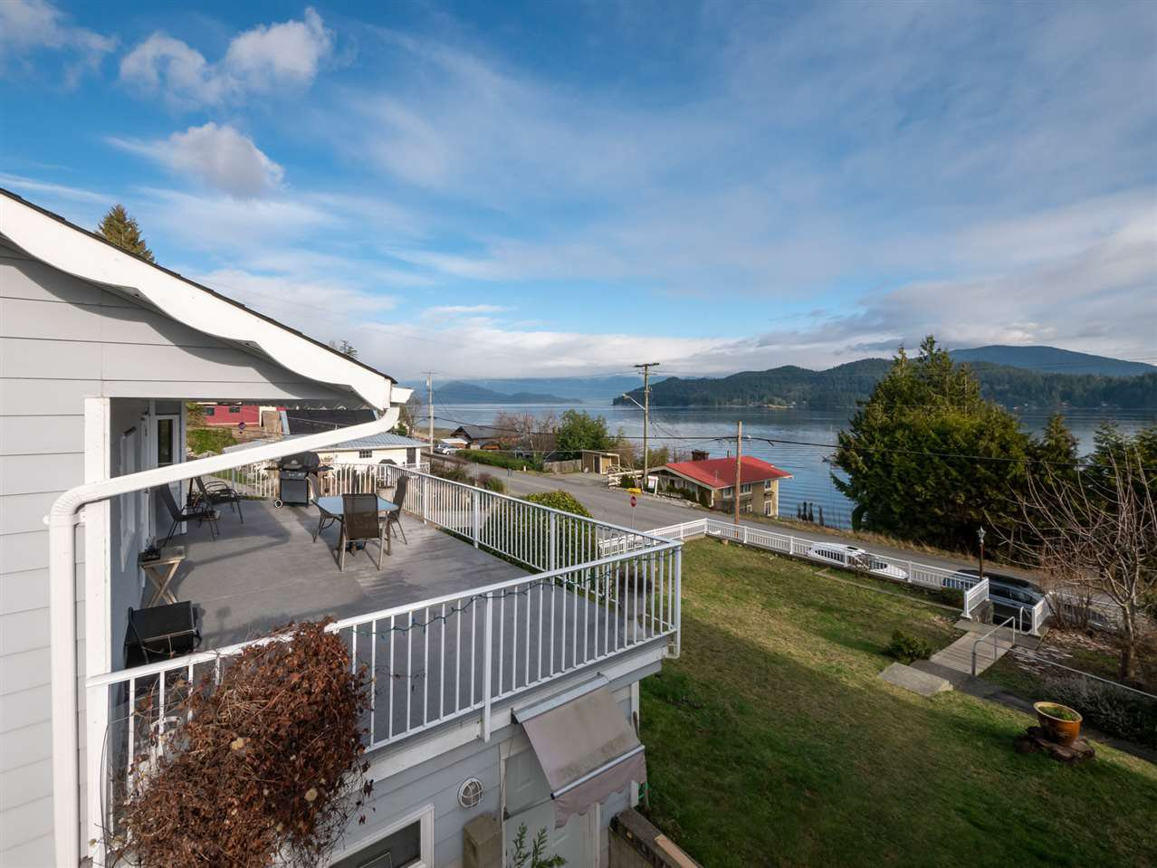 """Main Photo: 535 MARINE Drive in Gibsons: Gibsons & Area House for sale in """"LOWER GIBSONS"""" (Sunshine Coast)  : MLS®# R2464583"""