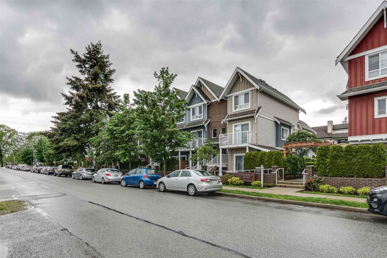 Main Photo: 204 1661 FRASER AVENUE in Port Coquitlam: Glenwood PQ Townhouse for sale : MLS®# R2456312