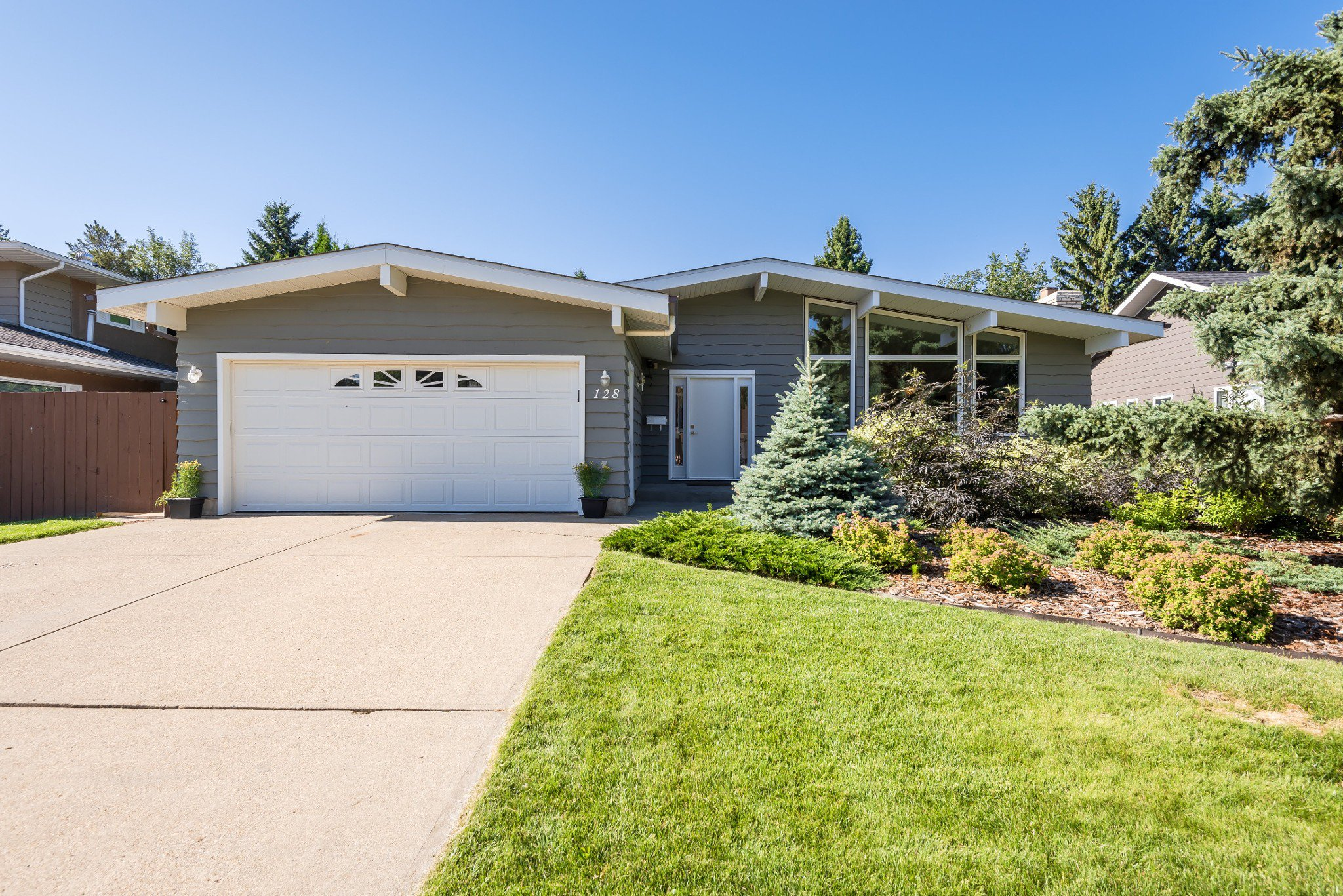 Main Photo: 128 Brander Drive in Edmonton: House for sale : MLS®# E4209194
