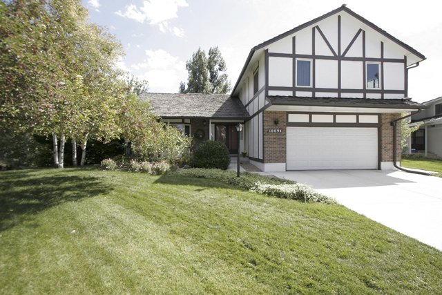 Main Photo: 10094 E Weaver Ave in Englewood: Cherry Creek Farm House for sale (South Sub East)  : MLS®# 654713