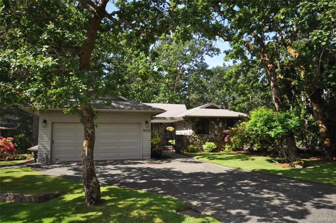 Main Photo: 900 Woodhall Dr in Saanich: SE High Quadra Single Family Detached for sale (Saanich East)  : MLS®# 840307