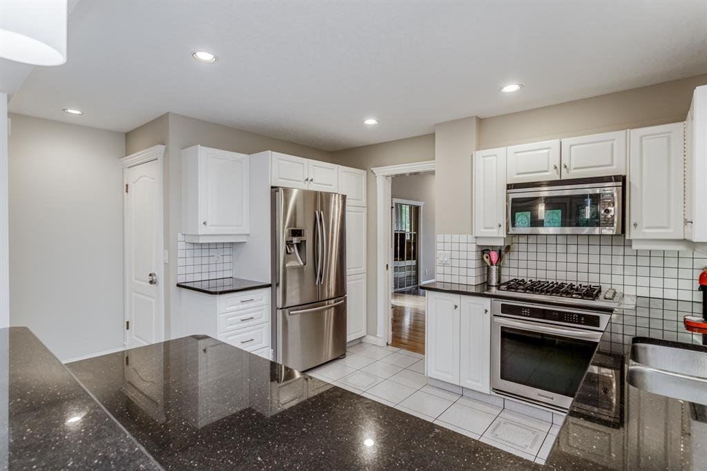 Main Photo: 1714 WESTMOUNT Road NW in Calgary: Hillhurst Detached for sale : MLS®# A1015517
