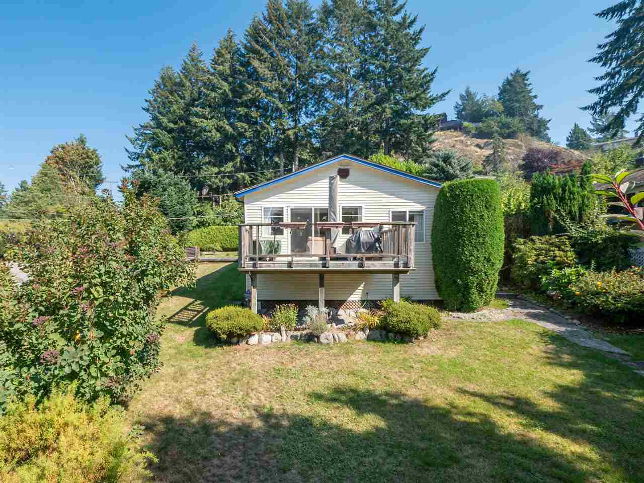 "Main Photo: 366 HEADLANDS Road in Gibsons: Gibsons & Area House for sale in ""Gibsons - Bay Area"" (Sunshine Coast)  : MLS®# R2494755"