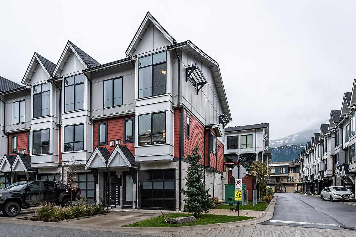 "Main Photo: 38344 SUMMITS VIEW Drive in Squamish: Downtown SQ Townhouse for sale in ""EAGLEWIND"" : MLS®# R2517770"